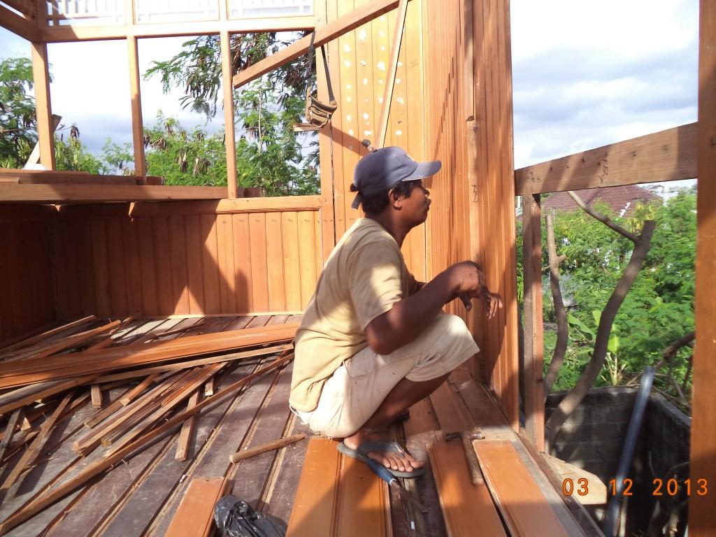Pak Pagak sedang instalasi papan dinding