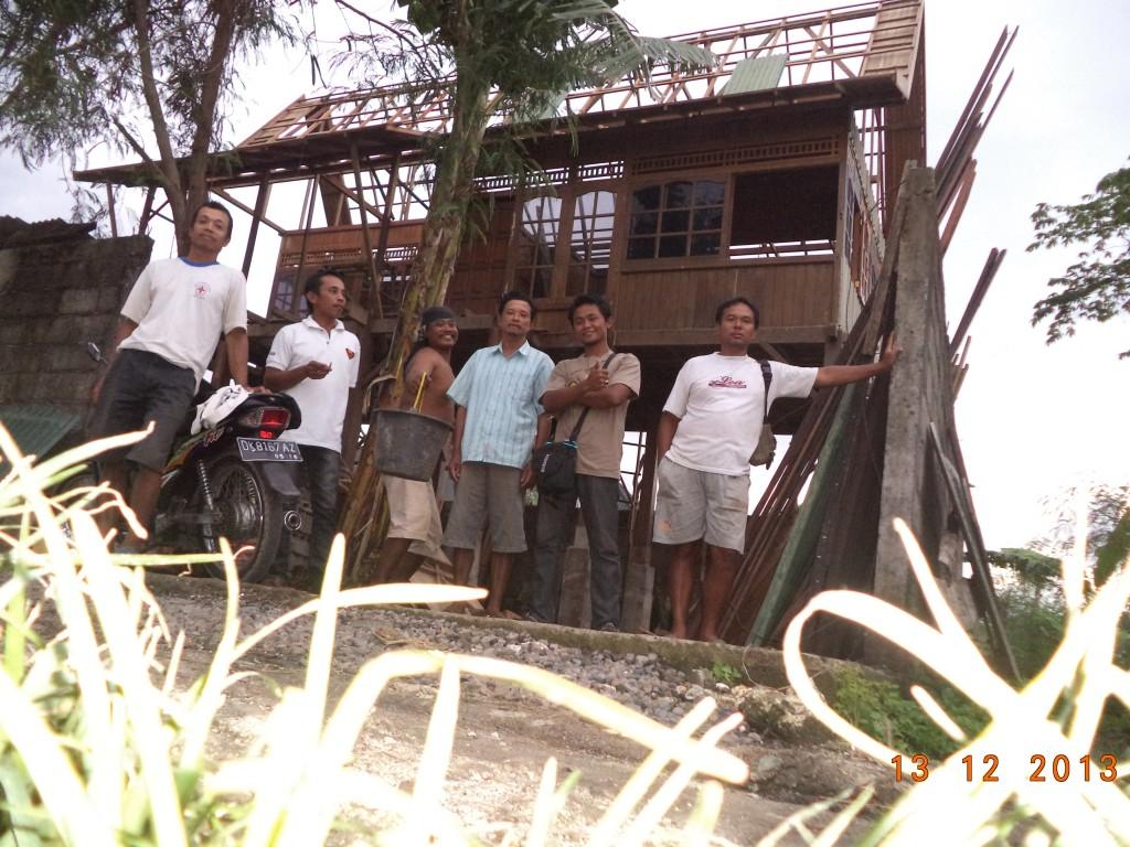 dari kiri no 2 kaos putih Pak Giono, kepala tukang pembuatan rumah kayu