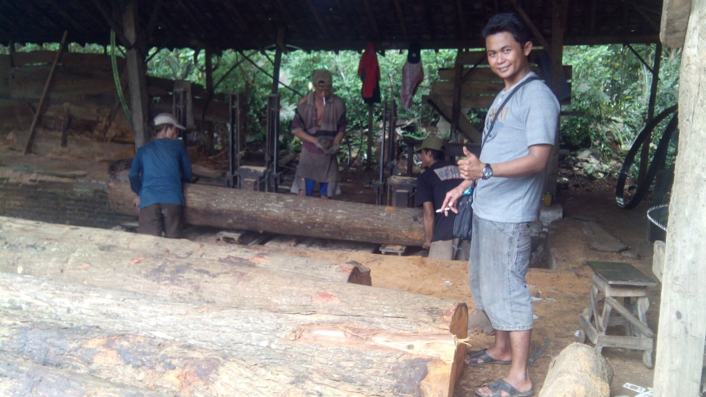 proses pembelahan kayu gelondongan atau log menjadi balok dan papan kayu yang diinginkan untuk bahan gazebo