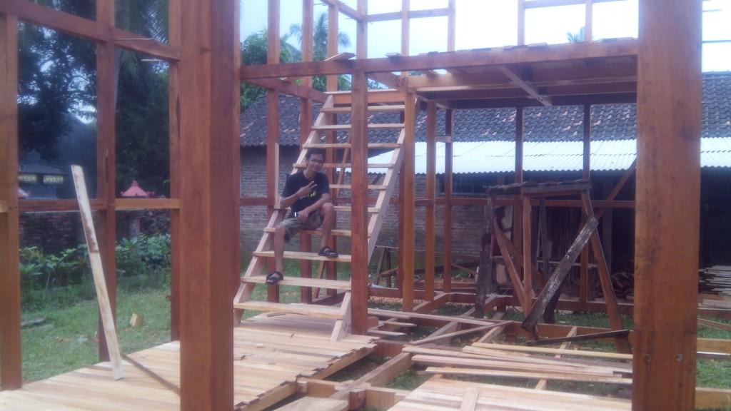 pembuat rumah kayu tingkat
