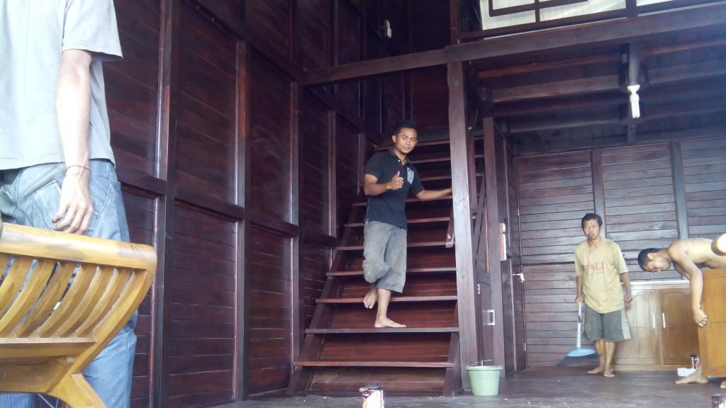 tangga rumah kayu