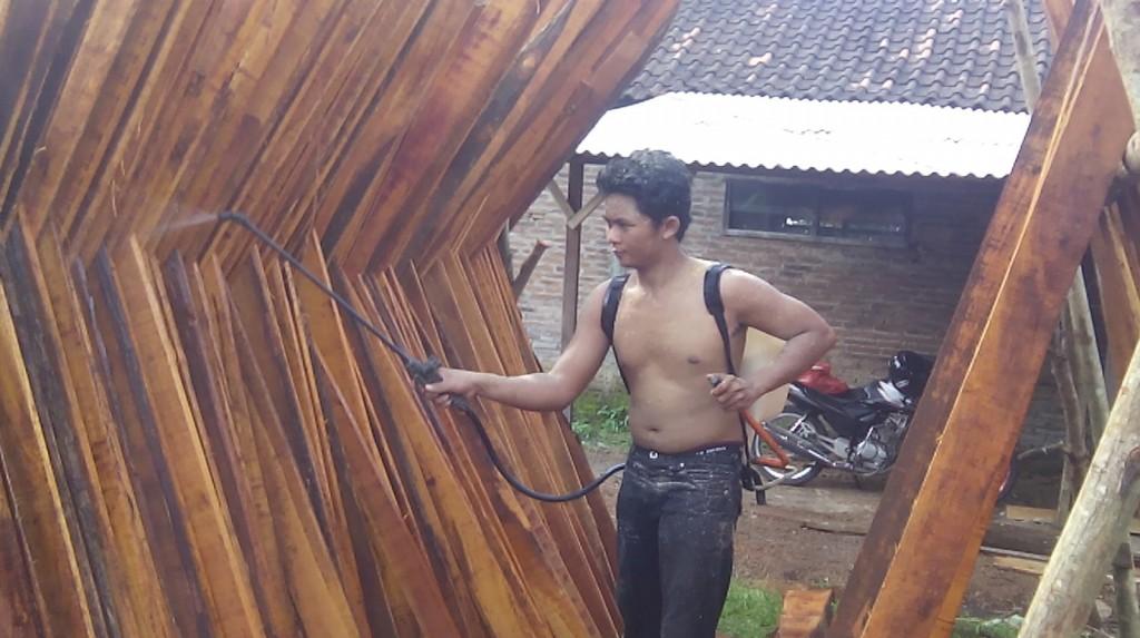 papan kayu sebagai bahan dinding dan lantai rumah kayu disemprot (BAHAN RAHASIA :D :D )