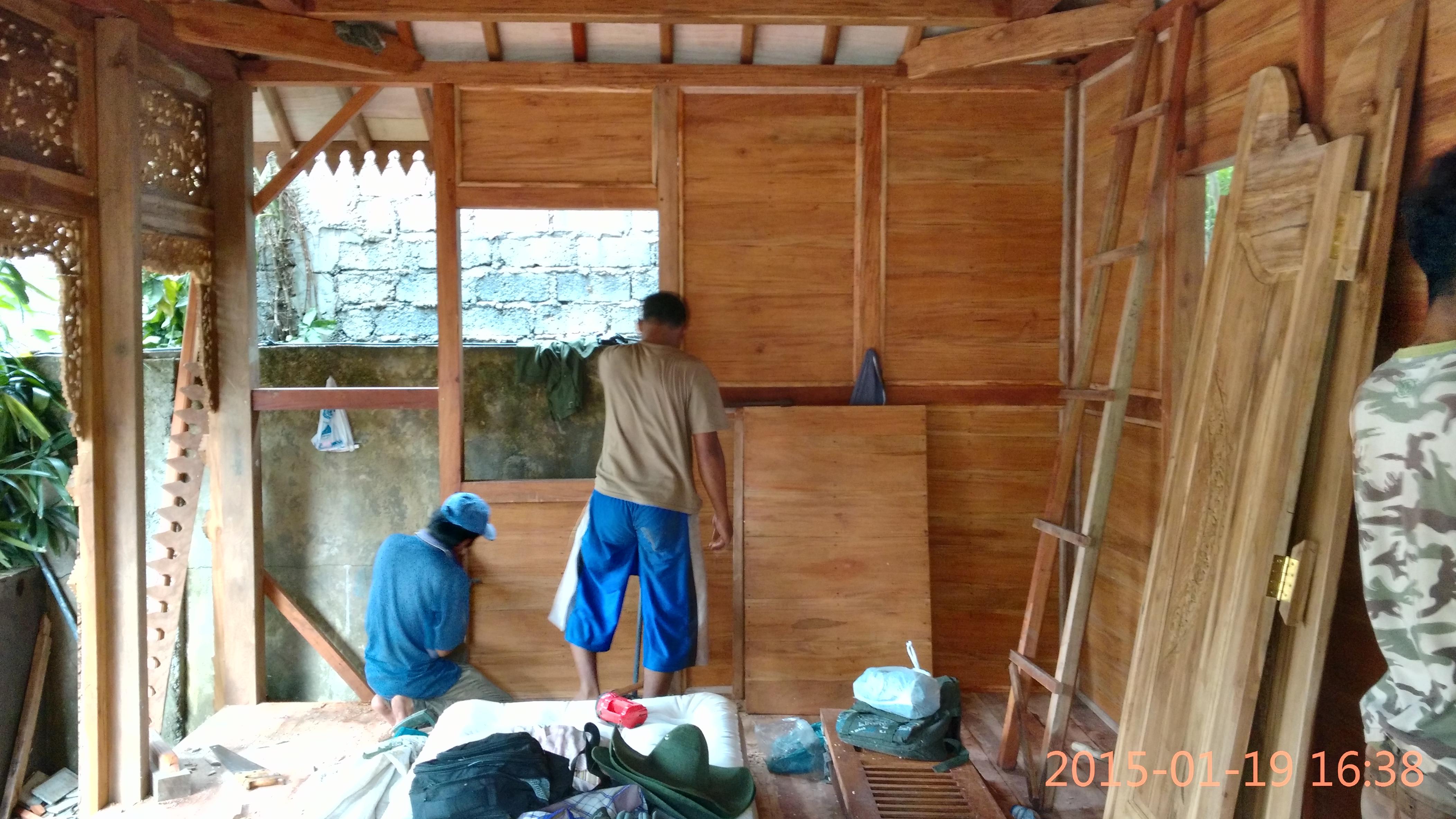 desain kamar tidur unik dengan dinding panel kayu